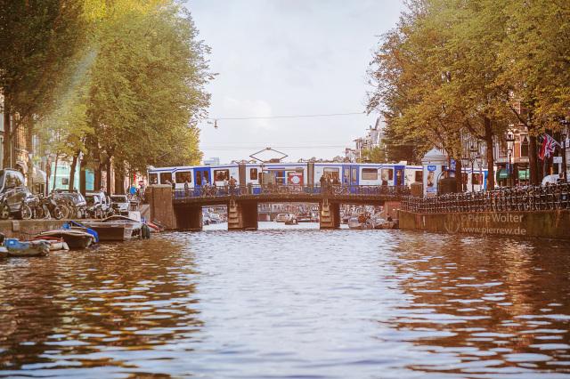 Amsterdam Gracht mit Straßenbahnen