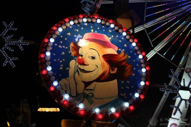 Clown am Fahrgeschäft