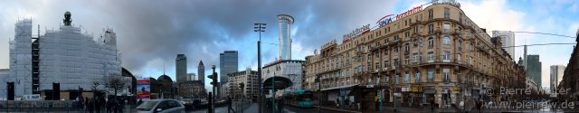 Panorama: Vor dem Bahnhof Frankfurt (Main) Hauptbahnhof