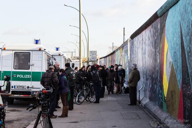 Kamerateams und Polizei am entfernten Mauerabschnitt