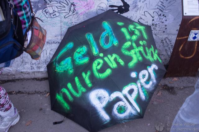 Regenschirm ''Geld ist nur ein Stück Papier''