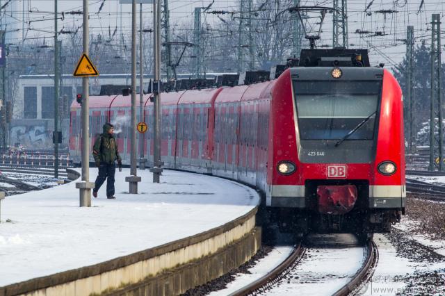 S-Bahn 423 046 fährt als S11 in Neuss ein