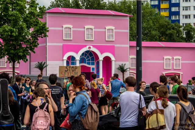 Demonstration gegen das Barbie-Dreamhouse am 16.05.2013
