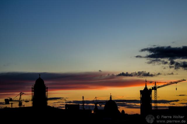 Sonnenuntergang mit Baustellenromantik