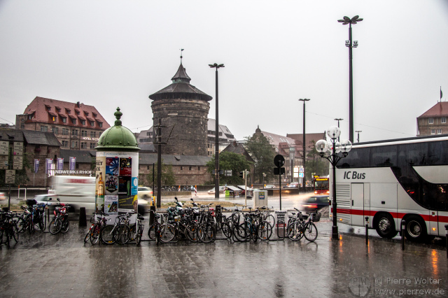Platzregen vor dem Nürnberger Hauptbahnhof