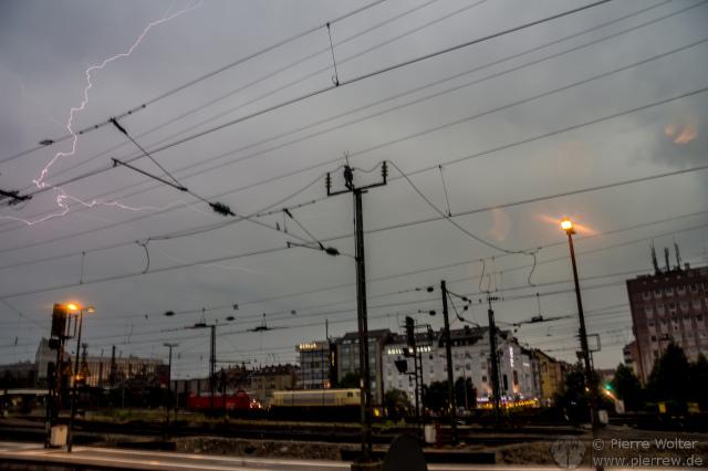 Freihandfoto von Blitz über Nürnberg