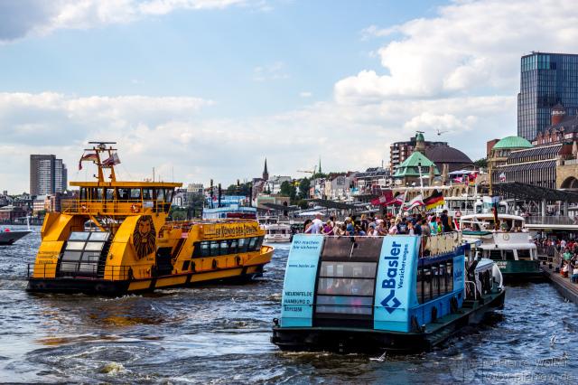 Linienfähren auf der Elbe in Hamburg