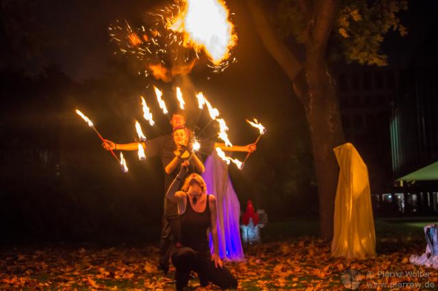 Feuershow vor den Wächtern der Zeit