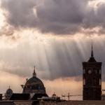 Sonnenstrahlen über Dom und Rotem Rathaus