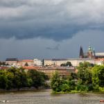 Schlechtwetter mit Sonne über Prager Burg