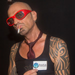 DJ Taucher holding a PierreW.de Visitenkarte
