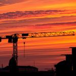 Kran-Silhouette im Sonnenuntergang