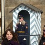 063 Guard + Two Girls @ Pražský hrad (Prague Castle, Prager Burg)