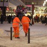 BSR-Mitarbeiter beim Schneeschippen