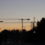 Sonnenuntergang mit Baukränen