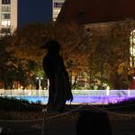 Rabenfigur mit LightVelo im Hintergrund