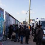 Fernsehen und Polizei am entfernten Mauerabschnitt