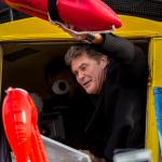 David Hasselhoff signiert Baywatch-Rettungsbojen :-)