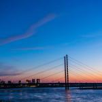 Rheinturm, Rheinkniebrücke im Sonnenuntergang