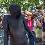 Der schwarze Mann wird getreten